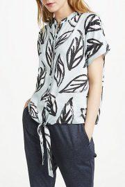 Blusa estampada de manga corta.