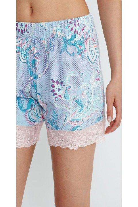 Detalle del estampado y encaje floral del pantalón.