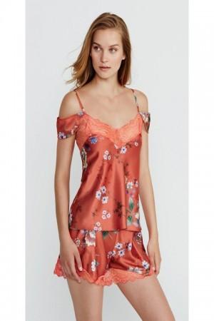 Pijama corto des satén estampado, encaje en escote y en el bajo del pantalón.
