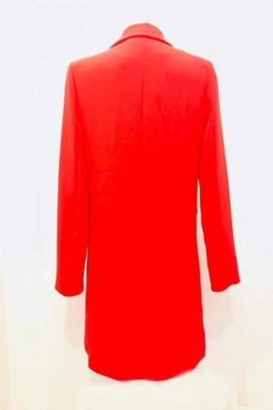 Abrigo rojo por la espalda.