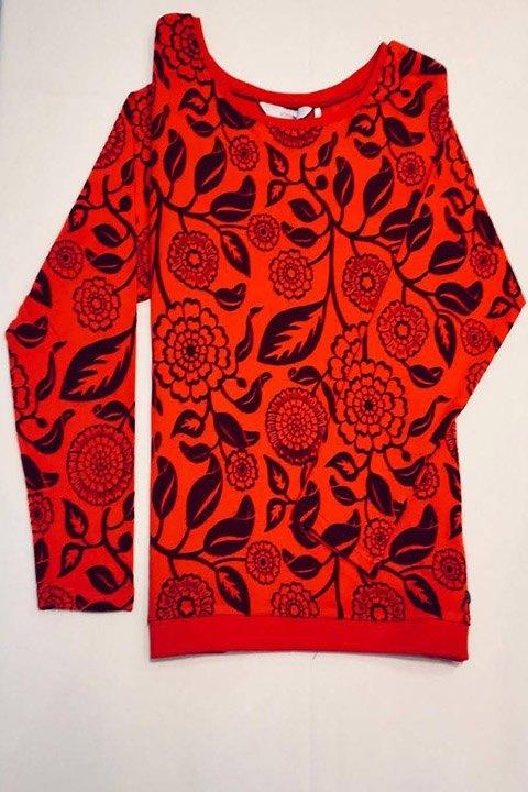 Jersey rojo de algodón, con estampado floral en terciopelo.