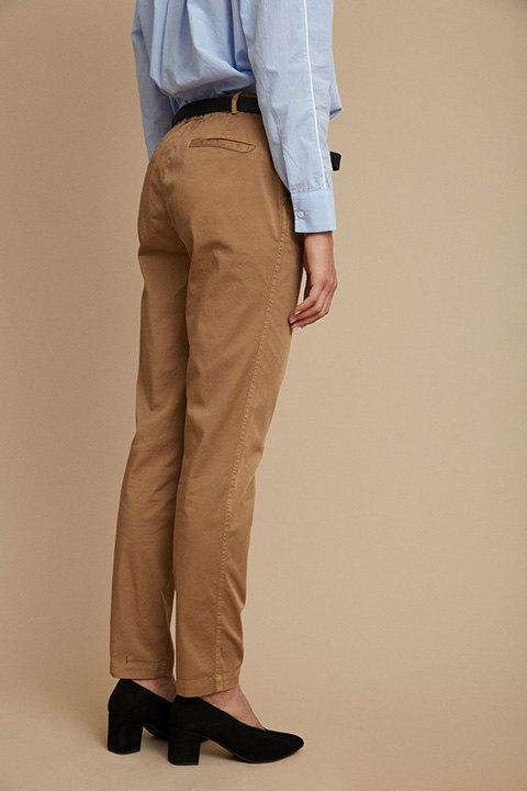 Detalle del pantalón camel por la espalda.