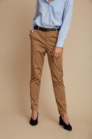 Pantalón chino visto más cerca en color camel de ese O ese.