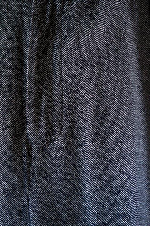 Detalle del tejido en espiga del pantalón moderni de ese O ese.