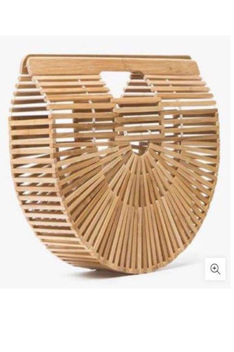 Bolso rígido de mano realizado en bambú.