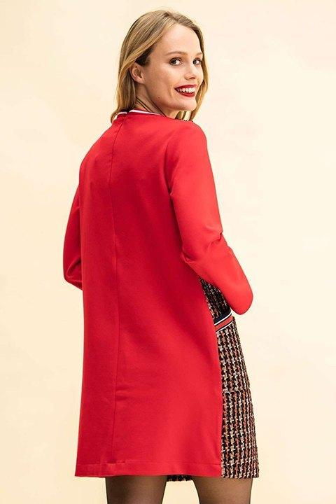 Vestido visto por la espalda en color rojo como las mangas. Cremallera.