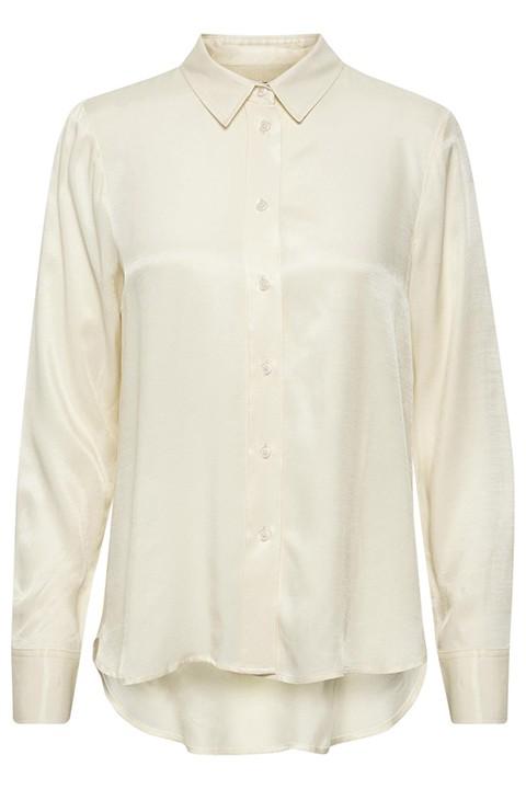 Camisa en blanco roto con botones y cuello. Un fondo de armario.