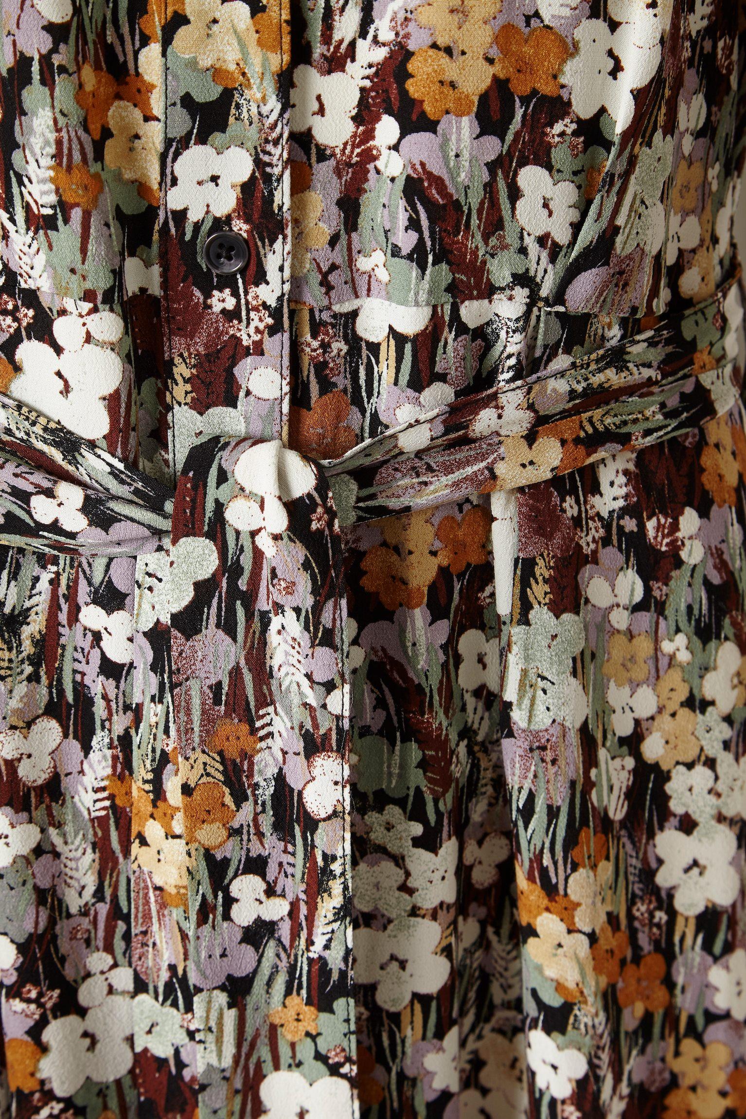 Detalle del vestido mori de estampado flores del otoño. Soaked.