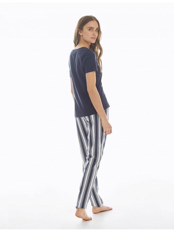 Pijama de algodón visto por la espalda.