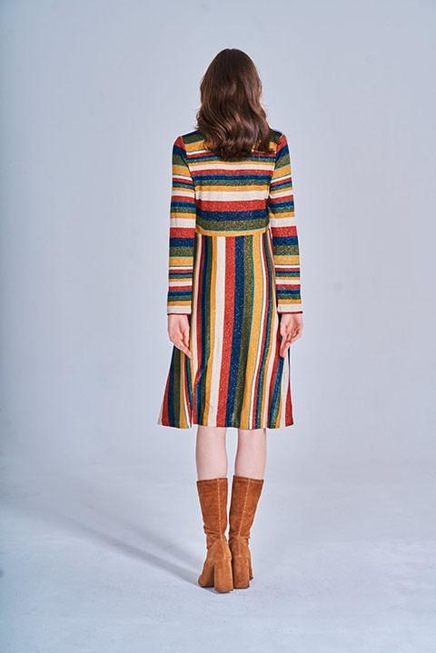 Vestido de rayas multicolores visto por la espalda. Smile.