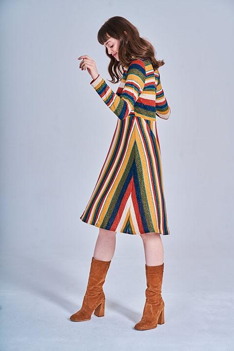 Vestido de rayas multicolores. Vista lateral. smile.