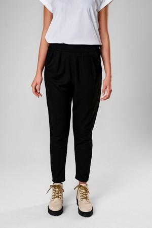 Pantalón negro de tejido elástico. Nubayo.