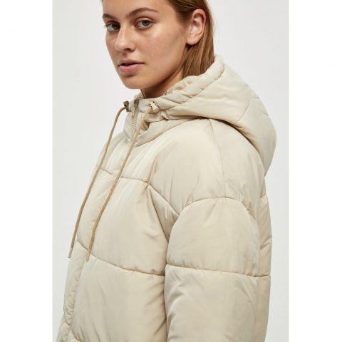 Detalle abrigo acolchado. Desires.